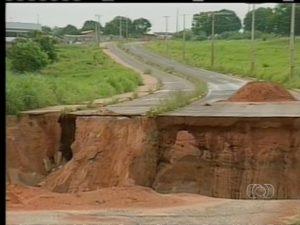 Cratera na avenida Filadélfia, em Araguaína, causa transtorno para moradores e motoristas (Foto: Reprodução/TV Anhanguera)