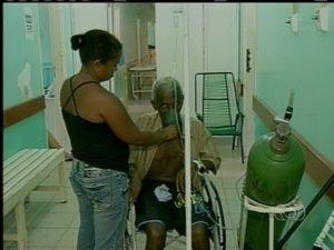 Pacientes são atendidos em corredor do hospital de Araguatins (Foto: Reprodução/TV Anhanguera TO)