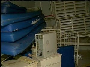 Sala de raio-x se transformou em depósito no hospital de Araguatins (Foto: Reprodução/TV Anhanguera TO)