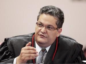 Ministro Henrique Neves substituiu Luciana Christina Lóssio, ex-advogada de Roseana, que se deu por impedida de relatar o processo, por motivo de foro íntimo