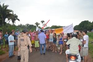 Protesto com faixas e cartazes cobravam a presença do prefeito Fabion Gomes e pediam explicação sobre o projeto de habitação do município