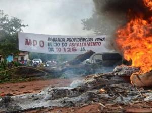 Manifestantes bloqueiam rodovia e ameaçam atear fogo em torre