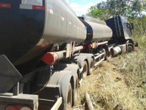 caminhão carregado com combustível saiu da pista após colisão, foto: tv anahnguera