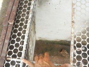 Buraco feito na cela de onde os presos fugiram