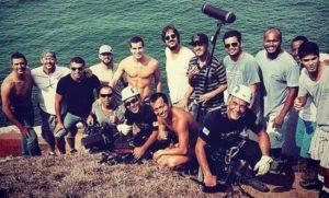 Jucelino Junior com os atores Marcos Pasquim e Thiago Martins junto com a equipe de gravação da novela Babilônia, em Arraial do Cabo