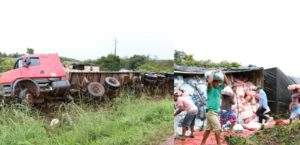 Homens ajudam a fazer o transbordo da carga, na BR-153 (Foto: Divulgação/Paparazzo Fernando Alves Lima)