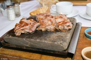 Restaurante é fechado após polícia invadir local e descobrir que estabelecimento servia carne humana aos clientes