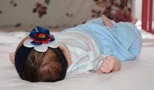 A menina, de pouco mais de 15 dias, recebe os cuidados da equipe da Casa de Acolhimento Ana Caroline