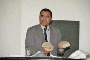 O Deputado levou para tribuna amostragem do material utilizado no calçamento de Taquruçu
