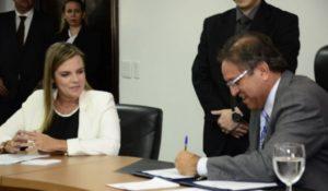 Marcelo Miranda transmite cargo para Claudia Lelis