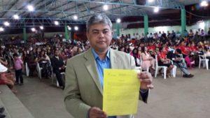 vereador neto pajeu apresentando a notificação. Foto: JM