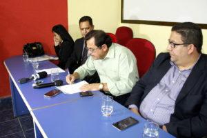 O presidente do Sintet, José Roque Santiago assina o recebimento da nova proposta apresentada pelo Governo