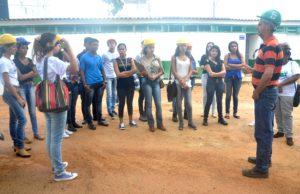 Professor do Pronatec de Palmas,em aula prática com aluno s do curso de Segurança do Trabalho