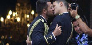 Chema e Jonathan se casaram fardados; a foto da união viralizou nas redes sociais