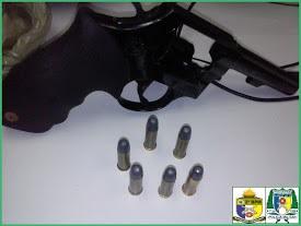 Arma e munições apreendidas
