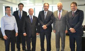 Os deputados federais César Halum (PRB) e Lázaro Botelho (PP) participaram da reunião