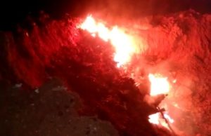 Destroços de avião em chamas após queda na divisa entre Goiás e Minas Gerais
