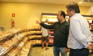 Proprietário da rede de supermercado, Cristiano de Melo Álvares, apresenta novo empreendimento a Marcelo Miranda