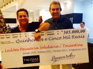 Eduardo Gomes entrega cheque simbólico a Leonardo: valor se refere à contribuição do cantor ao projeto