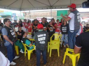 Manoel Miranda durante ato de protesto em Palmas com os servidores