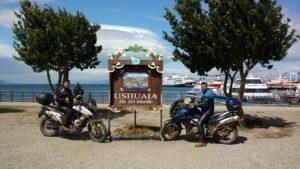 Os policiais Átila Azevedo Gomes Júnior e Renato Tolentino Mendes posando com suas motocicletas.