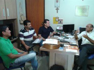 Walter Ohofugi (canto esquerdo, de verde), Kariello Coelho e Ildo Cótica; na mesa, Dom Pedro Guimarães