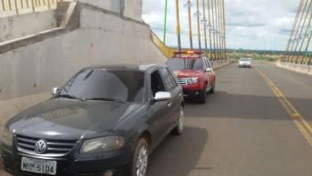 Homem é salvo por PMs após tentar se jogar da ponte Dom Afonso Felipe Gregory em São Miguel