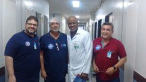 Hugo Magalhães e Hilton Mota posam para fotos com médicos do Hospital Dom Orione, em Araguaína