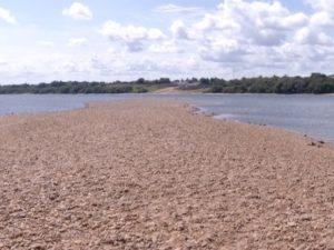 Rio Tocantins está secando em vários pontos, no município de Miracema e Tocantínia (Foto: TV Anhanguera)