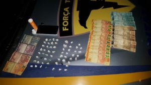 Drogas e dinheiro apreendido com mulheres suspeitas de tráfico em Guaraí