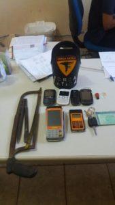 Material apreendido no veículo utilizado pelos criminosos .