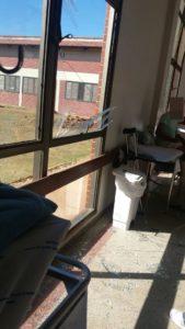Estilhaços de vidros causam perigos a outros pacientes nos corredores
