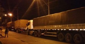 Caminhões apreenidos pela PM em Augustinópolis com madei ra irregular