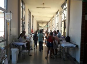 Corredor do HGP lotado de pacientes