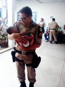 Sargento Melo segura o bebê