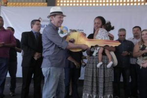 Dimas entrega chave para famílias beneficiadas