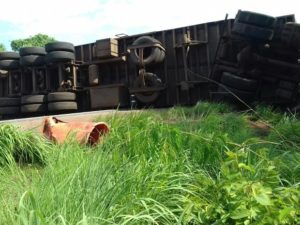 Caminhão tombado na BR-153