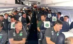 A equipe da Chapecoense no avião da Lamia
