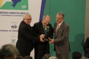 Dimas recebe o troféu e o certificado do Prêmio Mérito Brasil de Governança e Gestão Públicas 2016