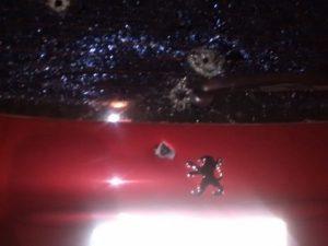 Quatro tiros atingiram o veículo